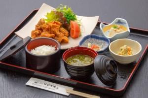 ●鶏の唐揚げ御膳 ¥800円|長湯温泉のお料理・大分県の温泉で食べる定食・和食・郷土料理ならかじか庵へ