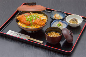 ●かつ丼 800円|長湯温泉のお料理・大分県の温泉で食べる定食・和食・郷土料理ならかじか庵へ